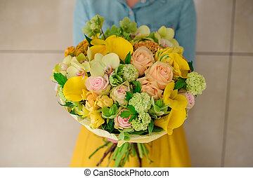 diferente, buquet, misturado, segurando, laranja, menina, flores
