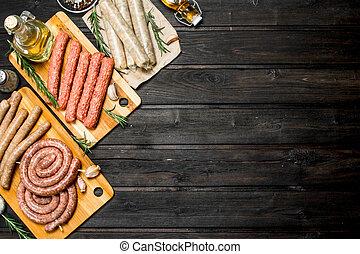 diferente, clases, de madera, salchichas crudas, tabla, spices.