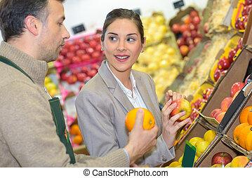diferente, mulher, fazenda, alimento, escolher, frutas, sorrindo, exposição, loja
