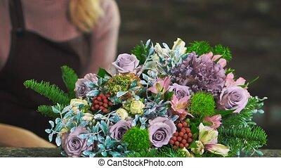 différent, femme, tablier, bouquet, fleurs, collects, fleuriste, close-up.