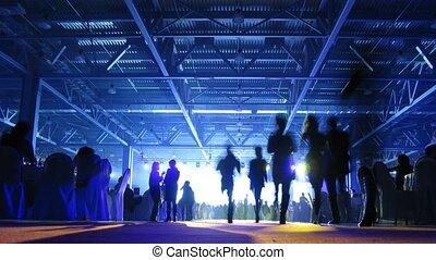 différent, gens, lumières ville, silhouettes, devant, dépassement