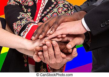 différent, gens, nationalités, contre, lgbt, drapeau, fond, mains, prise