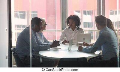 différent, rassemblé, âges, businesspeople, négocier, salle réunion, ethnicité