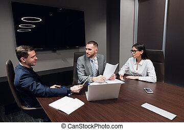 différent, rassembler, salle, professionnels, réunion, âge, moderne, démarrage, créatif, sombre, races, intérieur, bureau, business, discuter, vivously