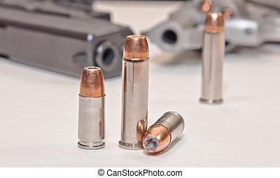 différent, revolver, deux, balles, ensembles, pistolet