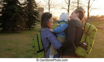 différent, spring., famille, tailles, soleil, parc, tout, actif, vert, promenades, bébé, herbe, sacs dos, sunset.