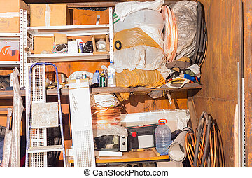 différent, vieux, choses, haut, garage, entassé, déchets ménagers