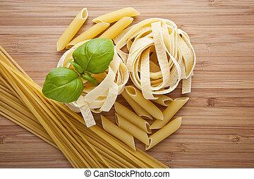 different kinds of pasta (spaghetti, fusilli, penne, linguine)