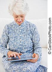 digital, användande, fokuserat, kompress, äldre kvinna