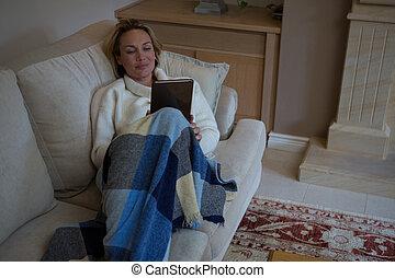 digital, medan, användande, avkopplande, soffa, kompress, kvinna