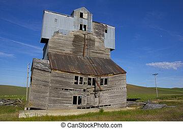 Dilapidated Grain Elevator - A dilapidated grain elevator in...