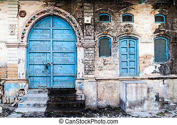 Dilapidated old house in the center of Junagadh, Gujarat state, Ind