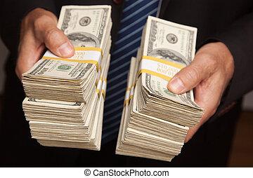 dinero, entregar, pilas, encima, hombre de negocios