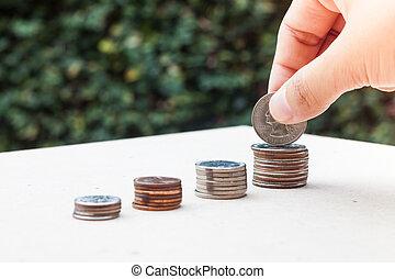 dinero, mujer, poniendo, moneda, mano