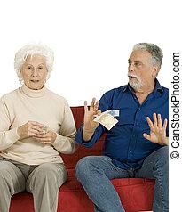 dinero, pareja, mano, anciano, sofá