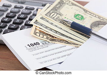 dinero, y, calculadora, con, formulario de impuestos