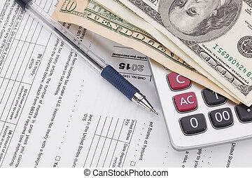 dinero, y, pluma, con, calculadora, en, formulario de impuestos, plano de fondo