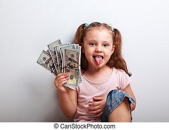 dinheiro engraçado, mostrando, segurando, pequeno, língua, menina, criança