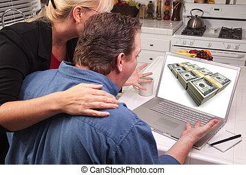 dinheiro, par, -, usando computador portátil, cozinha