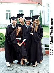 diplomák, érettségizik, -eik, megragad, kézbesít, mosoly