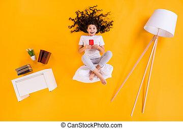 dire bugie, corpo, telefono, colorare, mani, disposizione, vista, pigiama, pieno, signora, pavimento, foto, fondo, isolato, libro, giallo, poco, sedere, indossare, angolo, mensola, sopra, comfy, appartamento, alto, cuscino, lampada
