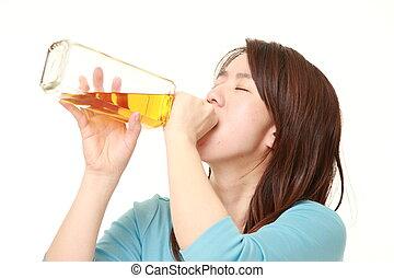 directement, femme, buvant bouteille