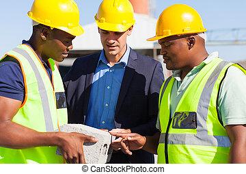 directeur, baksteen, bouwsector, het onderzoeken, werkmannen...