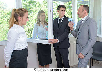 directeur, en, team, van, hotel, maid, in, een, hotelkamer