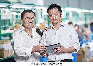 directeur, et, chinois, ouvrier, dans, usine