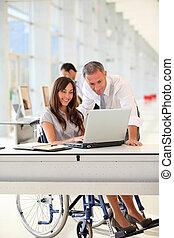 directeur, et, employé bureau, dans, fauteuil roulant