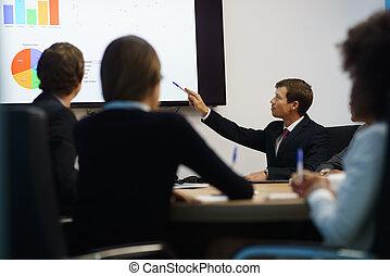 directeur, faire, présentation, à, réunion bureau, à, diagrammes, sur, tv