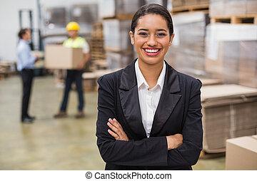 directeur, femme, armes traversés, entrepôt
