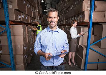 directeur, het glimlachen, fototoestel, magazijn