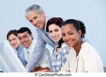 directeur, middelbare leeftijd , employee's, zijn, controleren, werken, charismatic