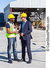 directeur, ouvrier construction, poignée main