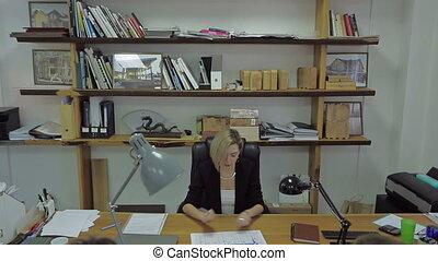directeur, sien, bureau, fonctionnement, femme, jeune, conversation, quoique, papier, tenue, employé, table., beau