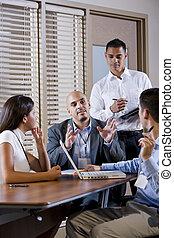 directeur, vergadering, met, kantoormensen, het leiden