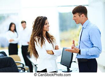 directeurs, réunion affaires, bureau, -, deux, document, discuter