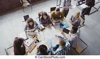 direction, groupe, multiethnic, donner, bureau., gens., moderne, éditorial, collaboration, femme, équipe, salle réunion, vue., sommet