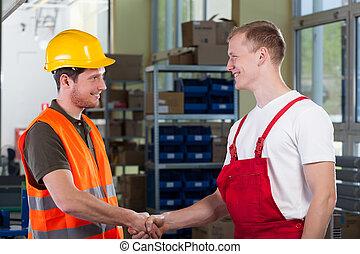 director, sacudarir las manos, con, trabajador fábrica