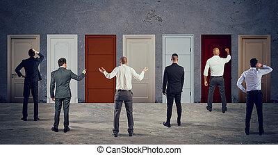 direita, pessoas negócio, confusão, door., competição, olhar, conceito, selecione
