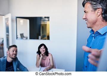 direttore, brainstorming, con, personale, su, uno, whiteboard, in, un, ufficio
