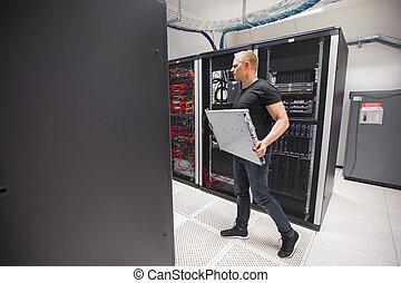 dirige, proceso de llevar, hoja, servidor, mientras que camina, en, datacenter