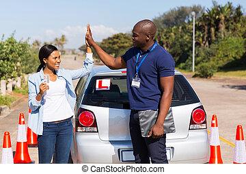 dirigindo, alto cinco, africano, menina, instrutor
