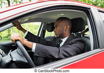 dirigindo, car, ajustar, enquanto, espelho, homem negócios