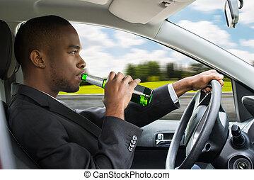 dirigindo, car, cerveja, enquanto, homem negócios, bebendo