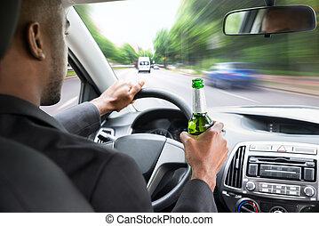 dirigindo, car, cerveja, enquanto, segurando, homem negócios