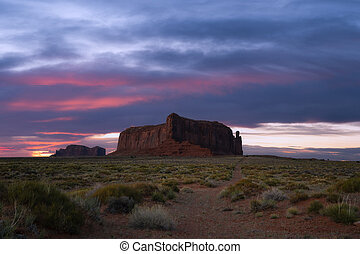 Dirt road leading towards Sentinel Mesa in Monument Valley