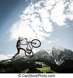dirtbiker, ugrál, magas, noha, övé, bicikli, előtt, hegyek
