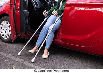disabled kvinde, ydre kom, i, en, automobilen